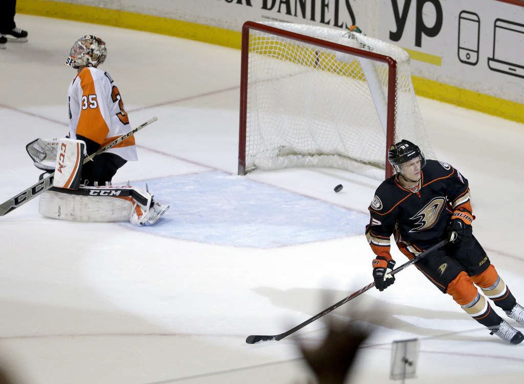 Jakob Silfverberg of the Ducks scores a shootout goal against Steve Mason during the Flyers´ loss Wednesday.