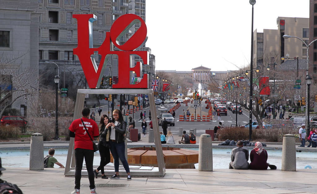 JFK Plaza is known as LOVE Park after the iconic view from Robert Indiana´s sculpture to the Art Museum, but proposals de-emphasize the diagonal walking connection.