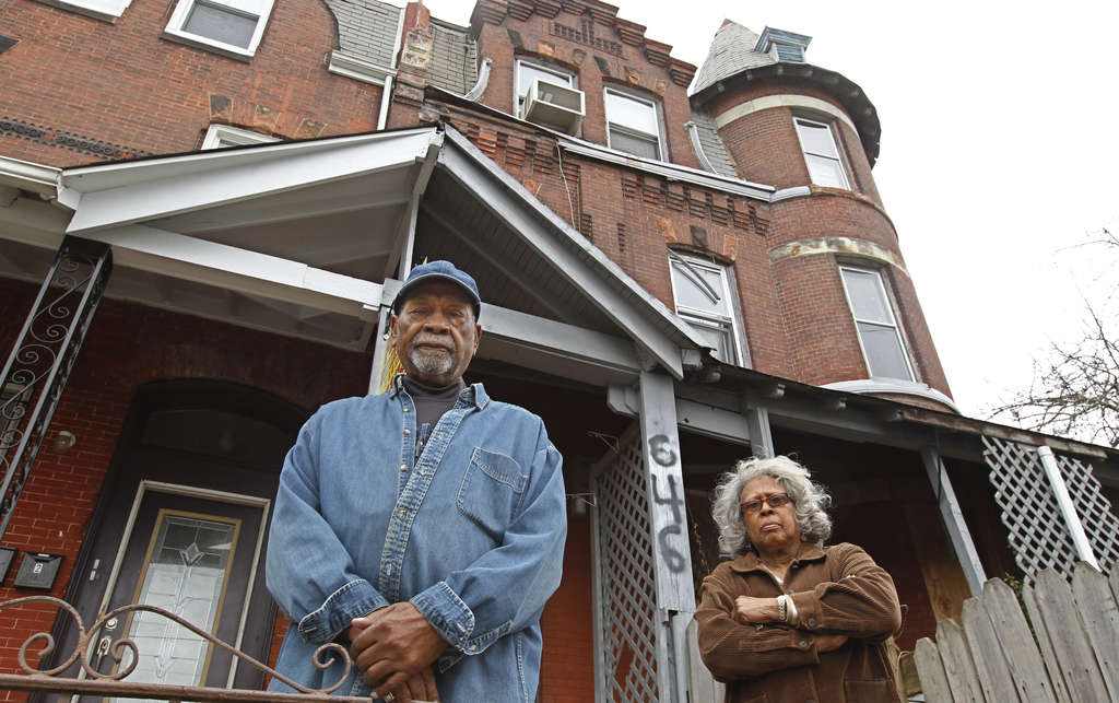 MICHAEL BRYANT / STAFF PHOTOGRAPHER Howard Williams and Virginia Brooker live two doors down from the decrepit property on 32nd Street.