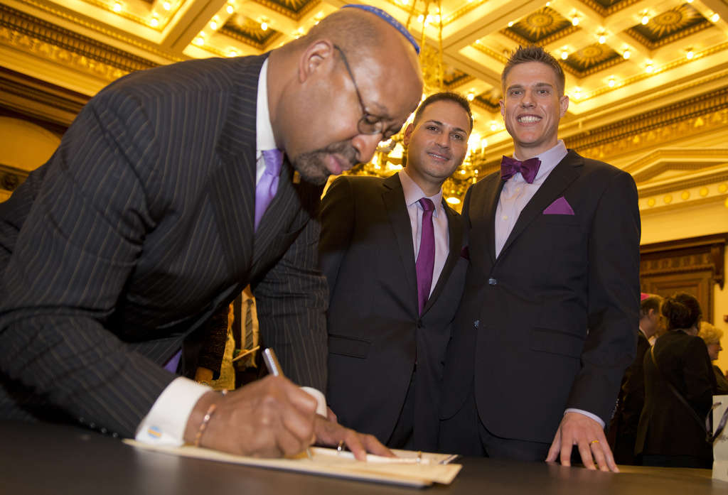 Mayor Nutter signing the marriage contract.