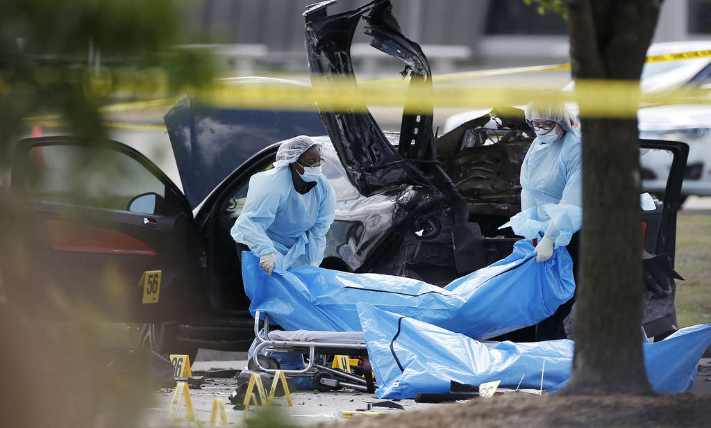 BRANDON WADE / ASSOCIATED PRESS Bodies of the two gunmen are removed from the scene of Sunday´s shooting in Garland, Texas.