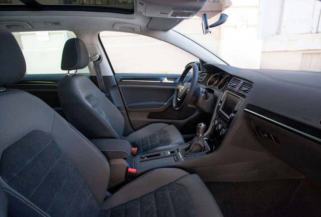 The 2015 Volkswagen Golf SportWagen´s functional interior features a black dashboard with silver trim and