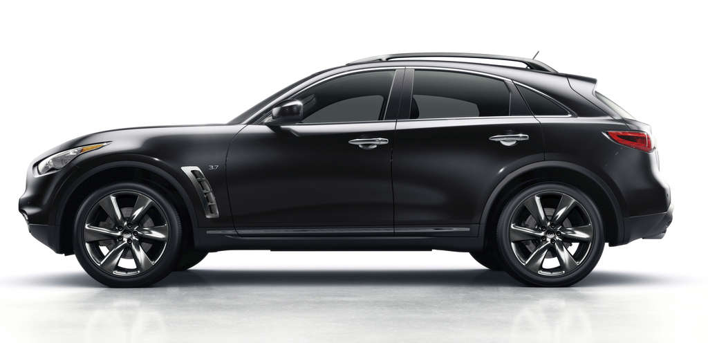 The 2016 Infiniti QX70´s long hood and short passenger compartment give it a sporty feel , but there´s a downside, too.