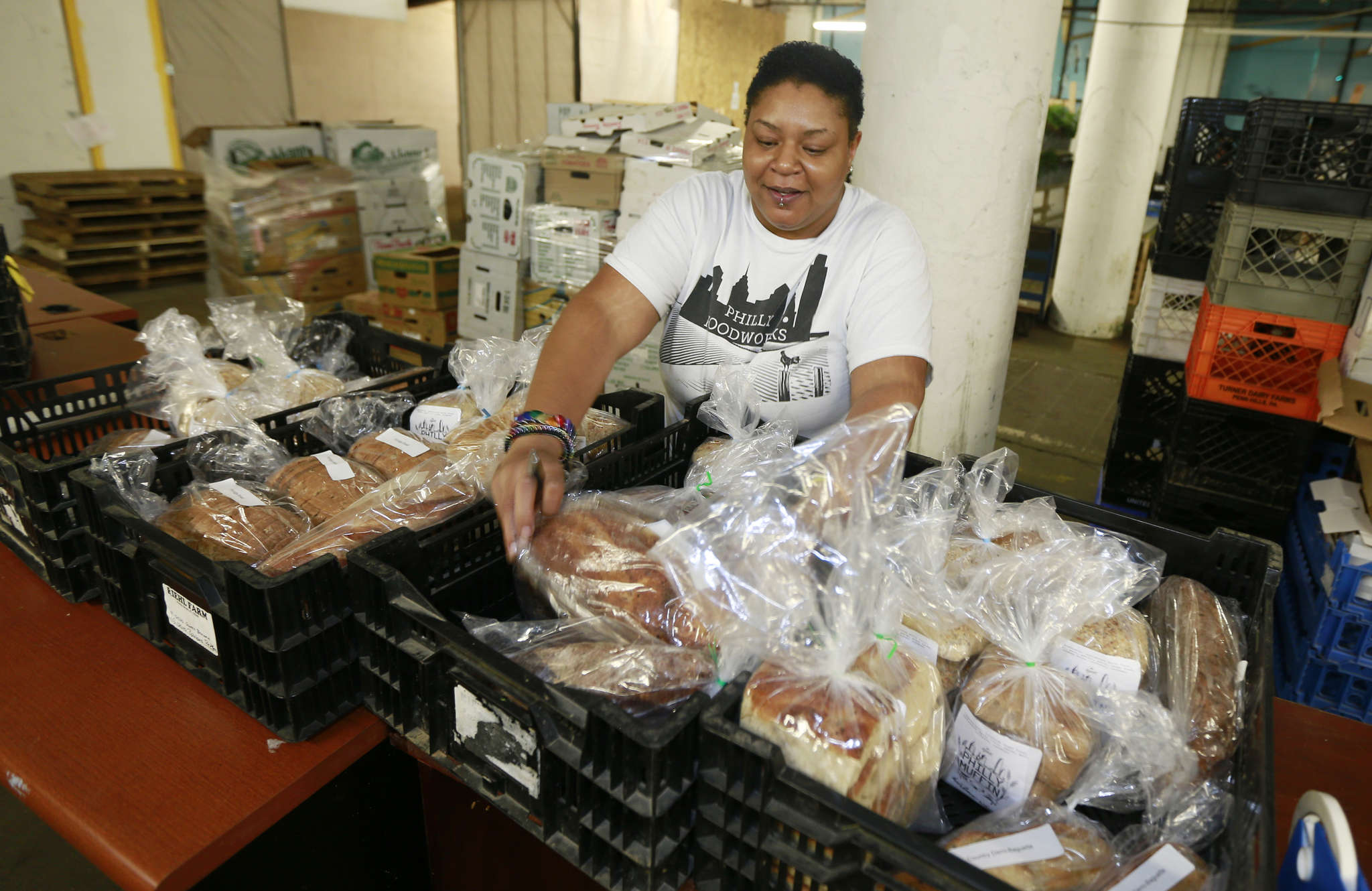 Tia Sykes sorts bread in Foodworks´ warehouse space in North Philadelphia.