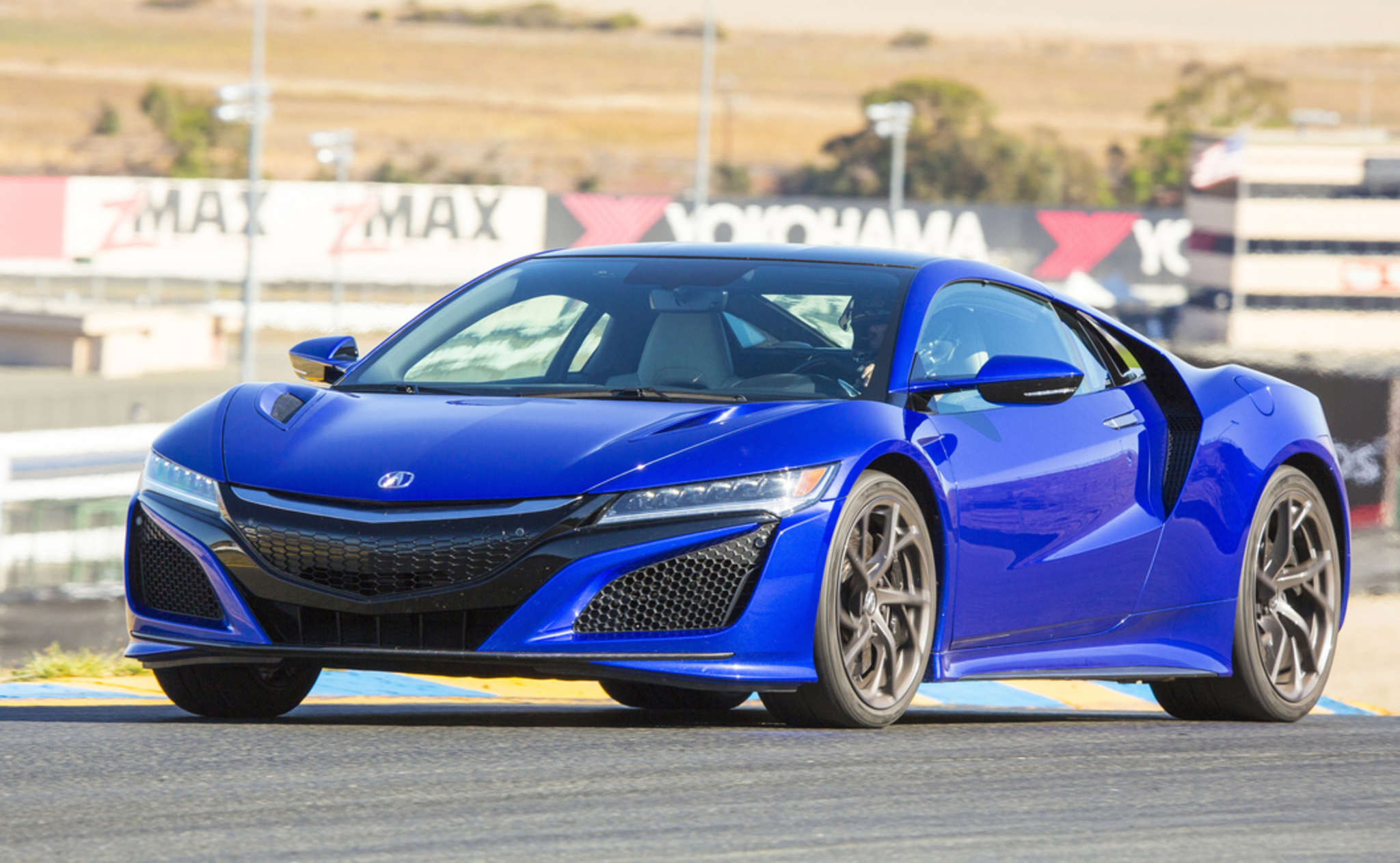 The 2017 NSX combines the looks of the modern Lotus and McLaren models with Acura´s own design ideas.