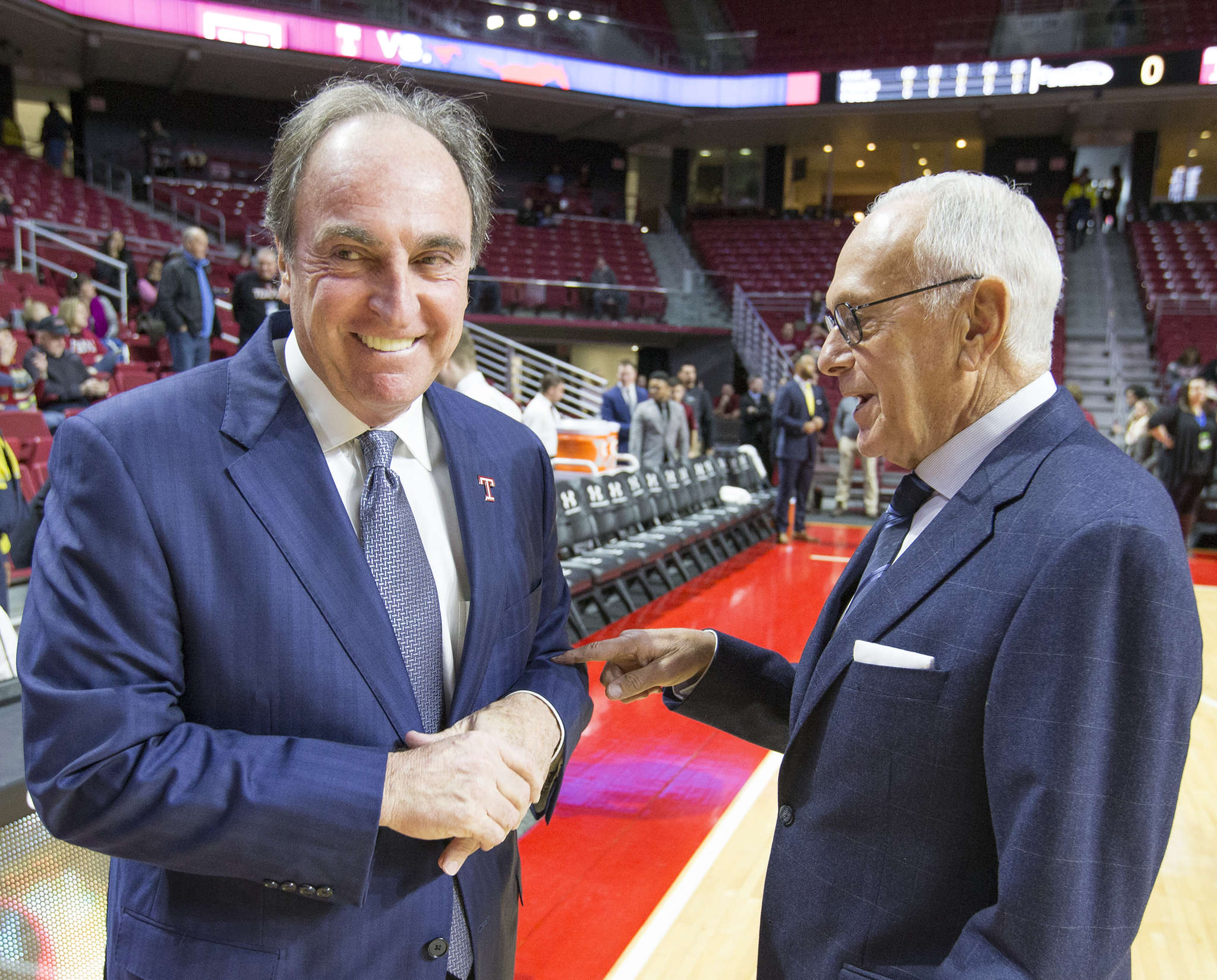 Temple coach Fran Dunphy (left) and SMU coach Larry Brown joke before game. Temple handed SMU its first loss, 89-80. Story, Page 58. CHARLES FOX / STAFF