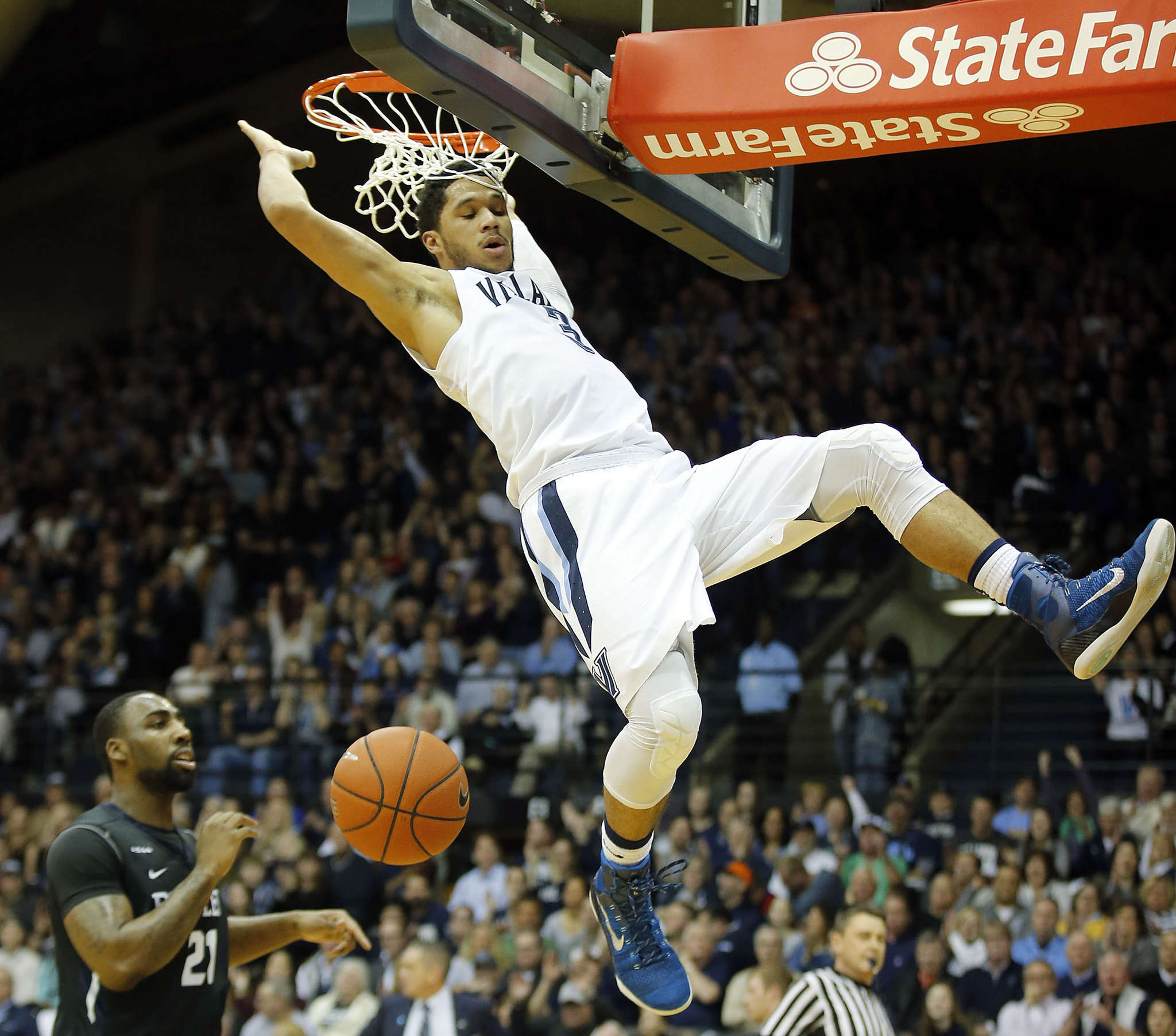 Josh Hart throws down a dunk during the first half of Villanova´s victory over Butler on Saturday. YONG KIM / Staff Photographer