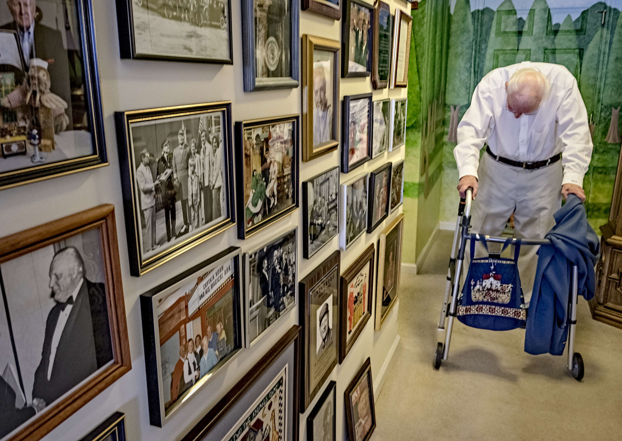 Carter Merbreier , better known to generations of morning TV viewers as Captain Noah, in his Audubon home surrounded by a lifetime of memories. ED HILLE / Staff Photographer