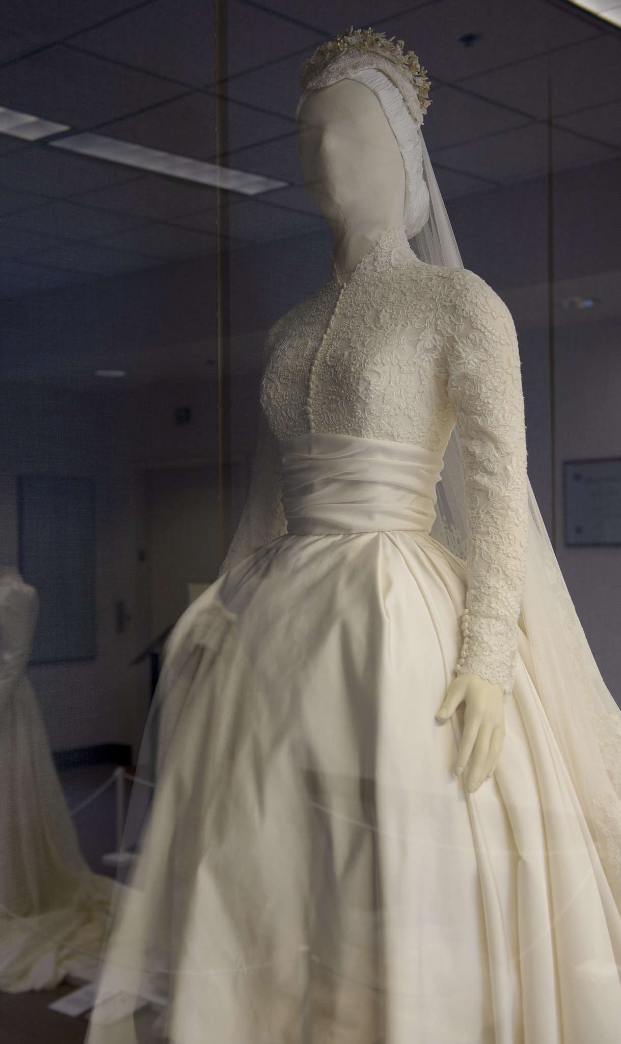 $25,000 replica of Grace Kelly\'s wedding dress at Philadelphia ...