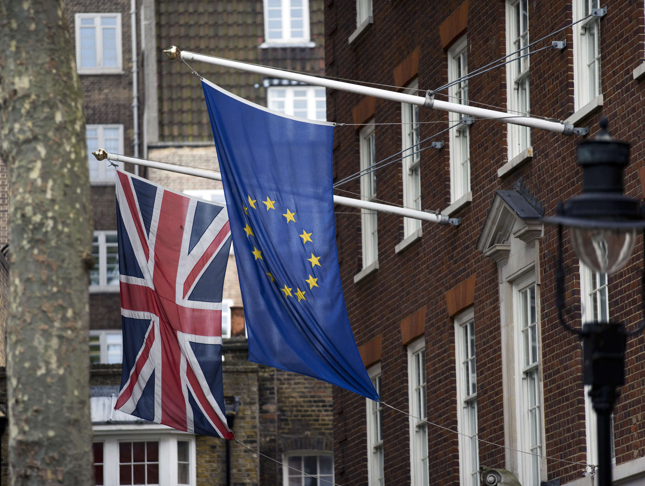 The flags of Britain and the European Union outside Europe House, the European Parliament´s offices in London.British voters chose to leave the EU in a referendum on Thursday. MATT DUNHAM / AP