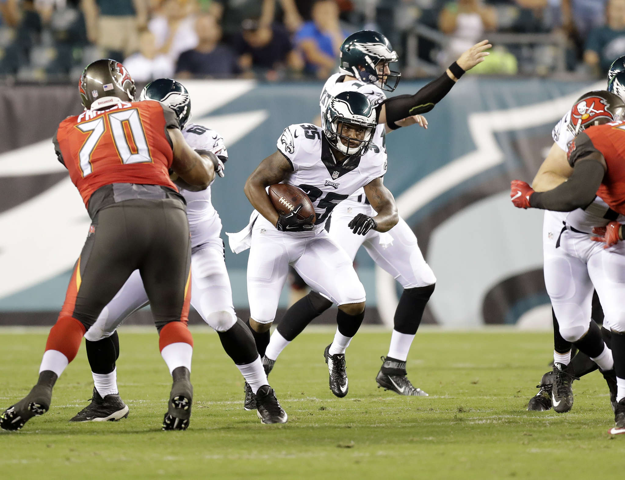 Eagles´ Cedric O´Neal tries to elude Buccaneers´ defenders in third quarter.