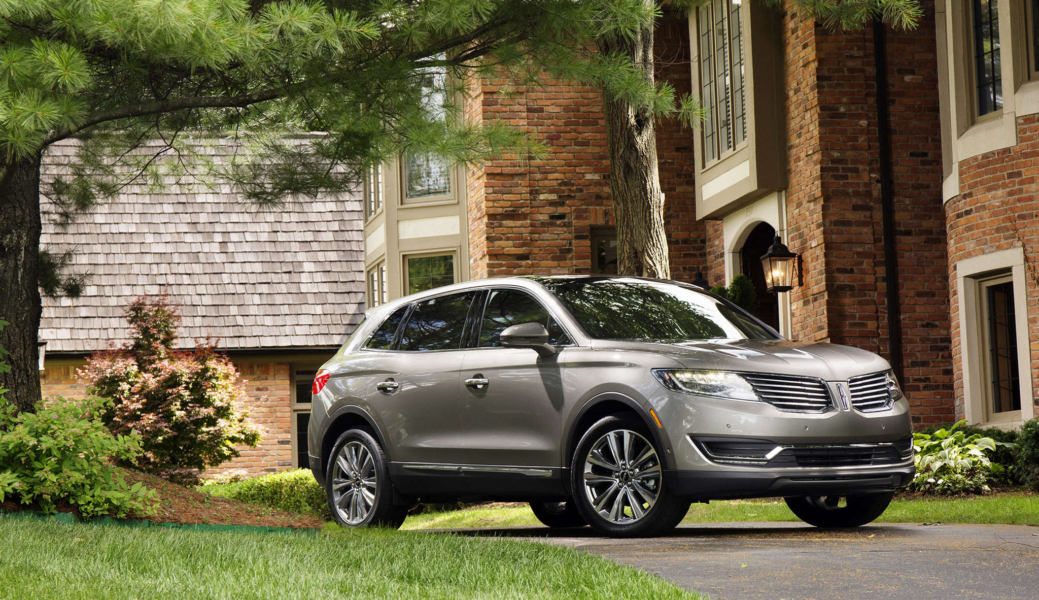 Lincoln´s sales are rising, and it´s not hard to see why after a test ride in the roomy, excellent-handling 2016 MKX.