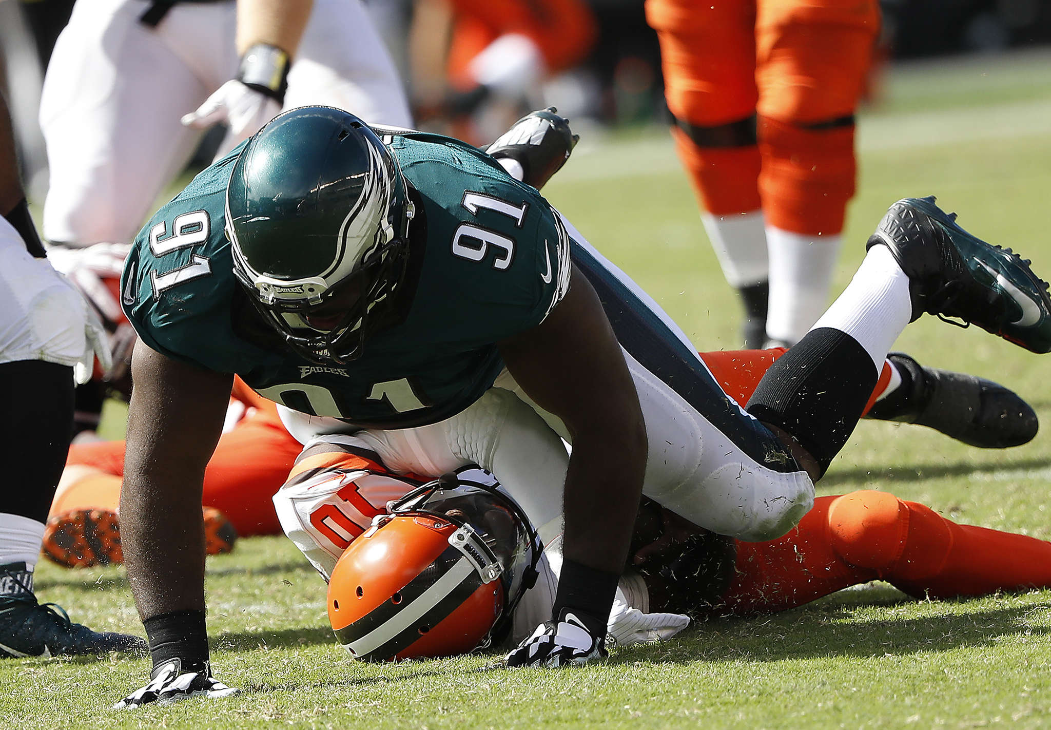 Eagles´ Fletcher Cox sacks Browns´ Robert Griffin III in the third quarter.