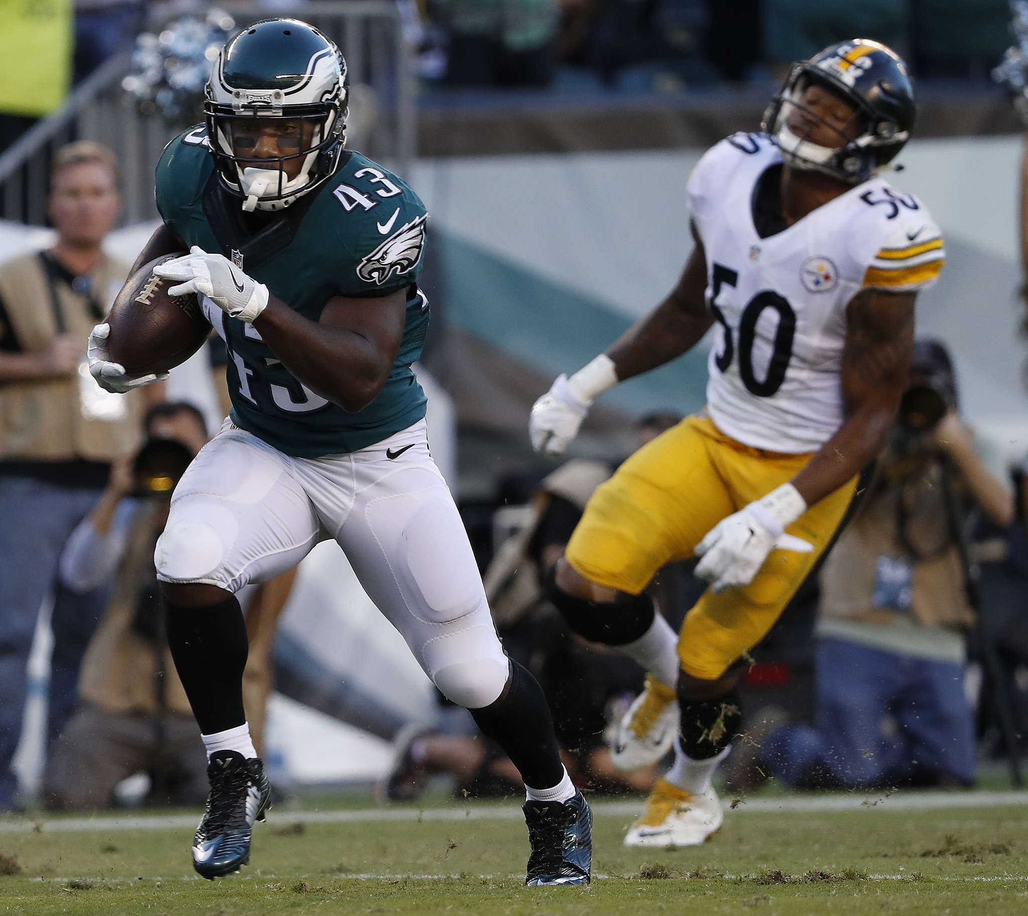 Eagles´ Darren Sproles outruns Steelers´ Ryan Shazier to score on 73-yard catch-and-run early in third quarter.