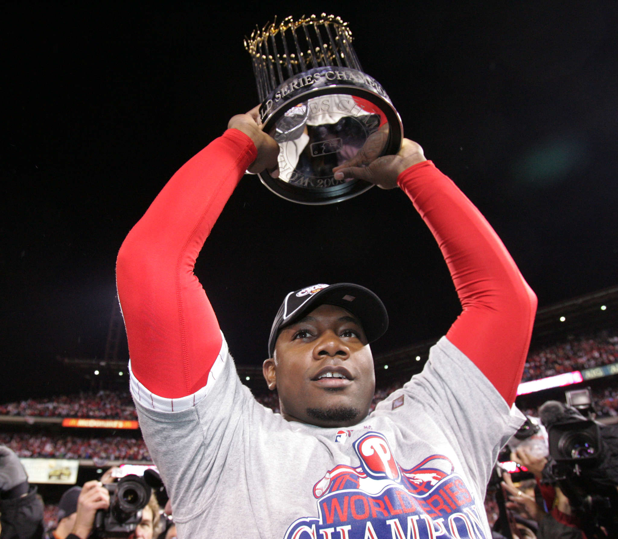 Ryan Howard holds up the World Series trophy in 2008.