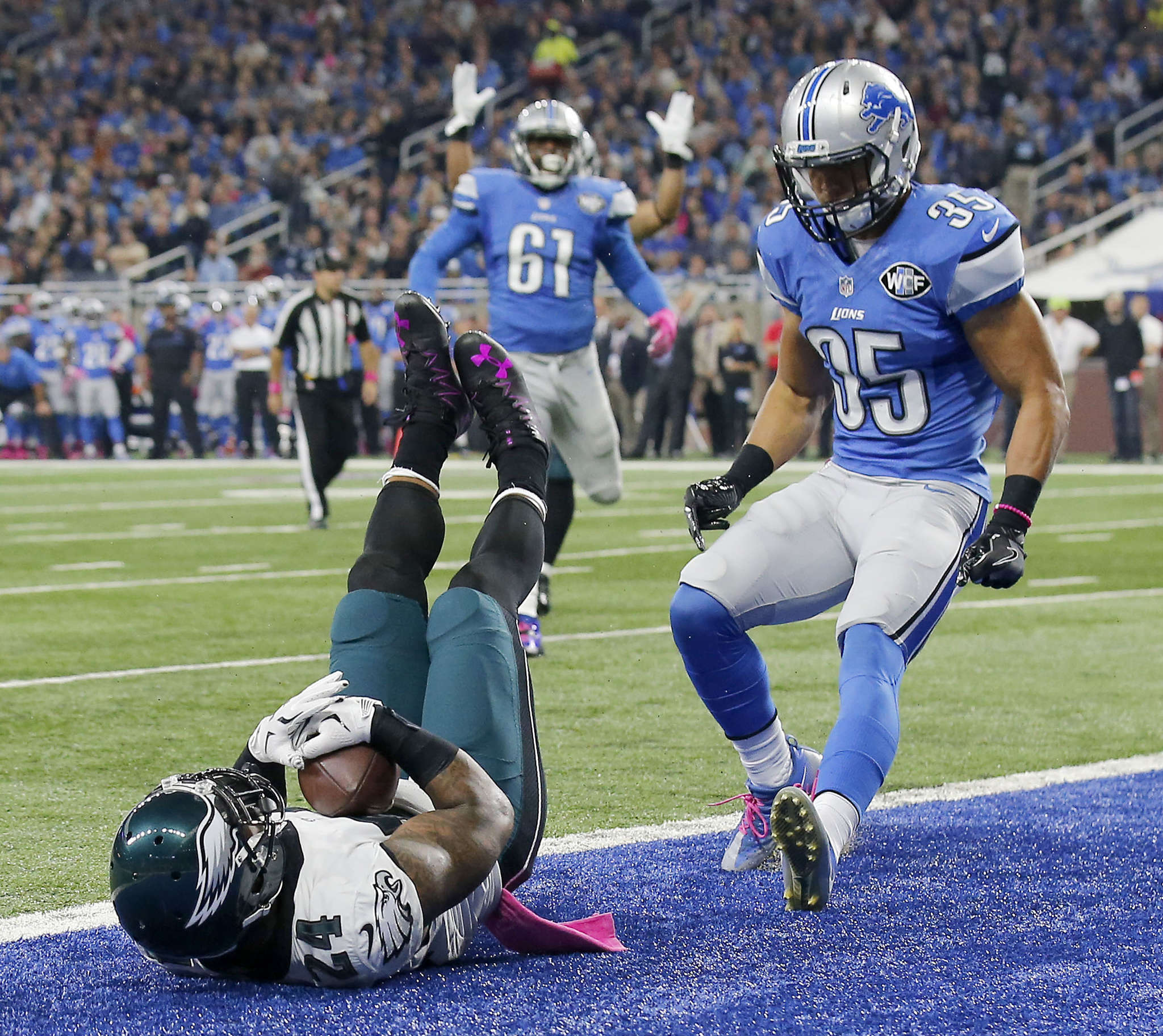 Ryan Mathews falls into the end zone for the Eagles´ first touchdown. Detroit safety Miles Killebrew trails the play.