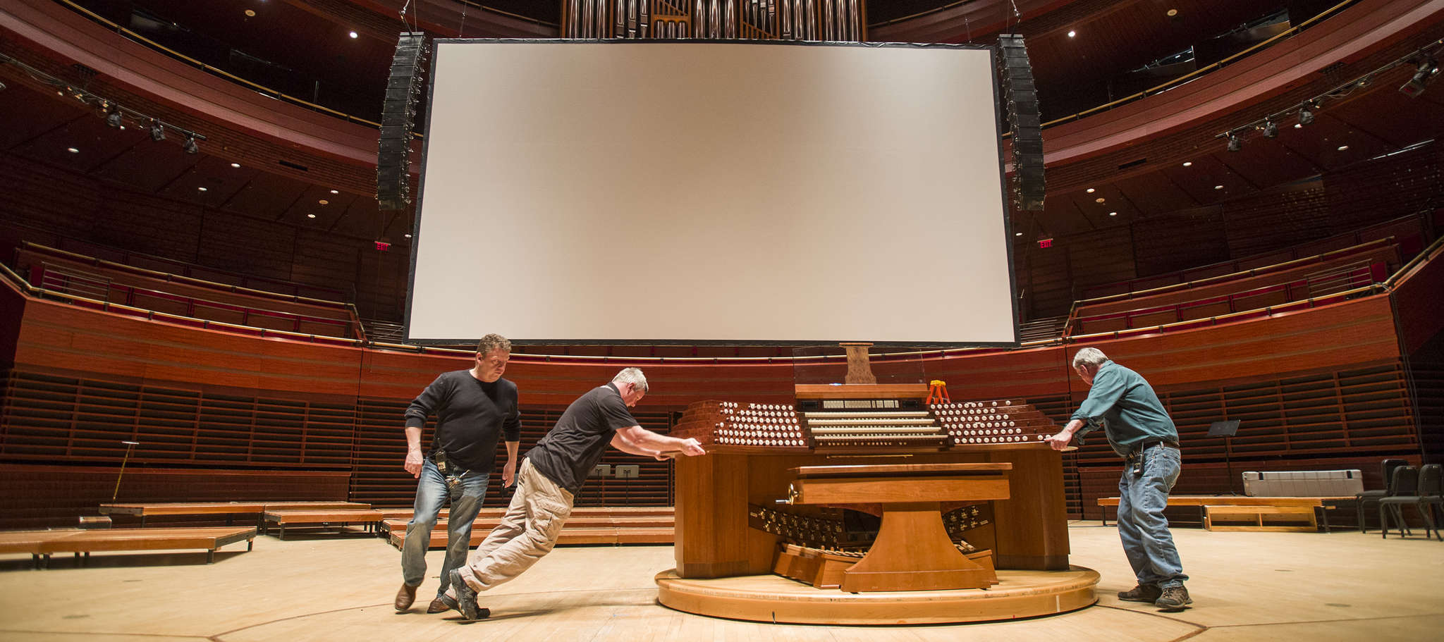 "Kimmel Center stagehands manuever the organ for the Philadelphia Orchestra´s accompaniment of the classic movie ""E.T."" this weekend."