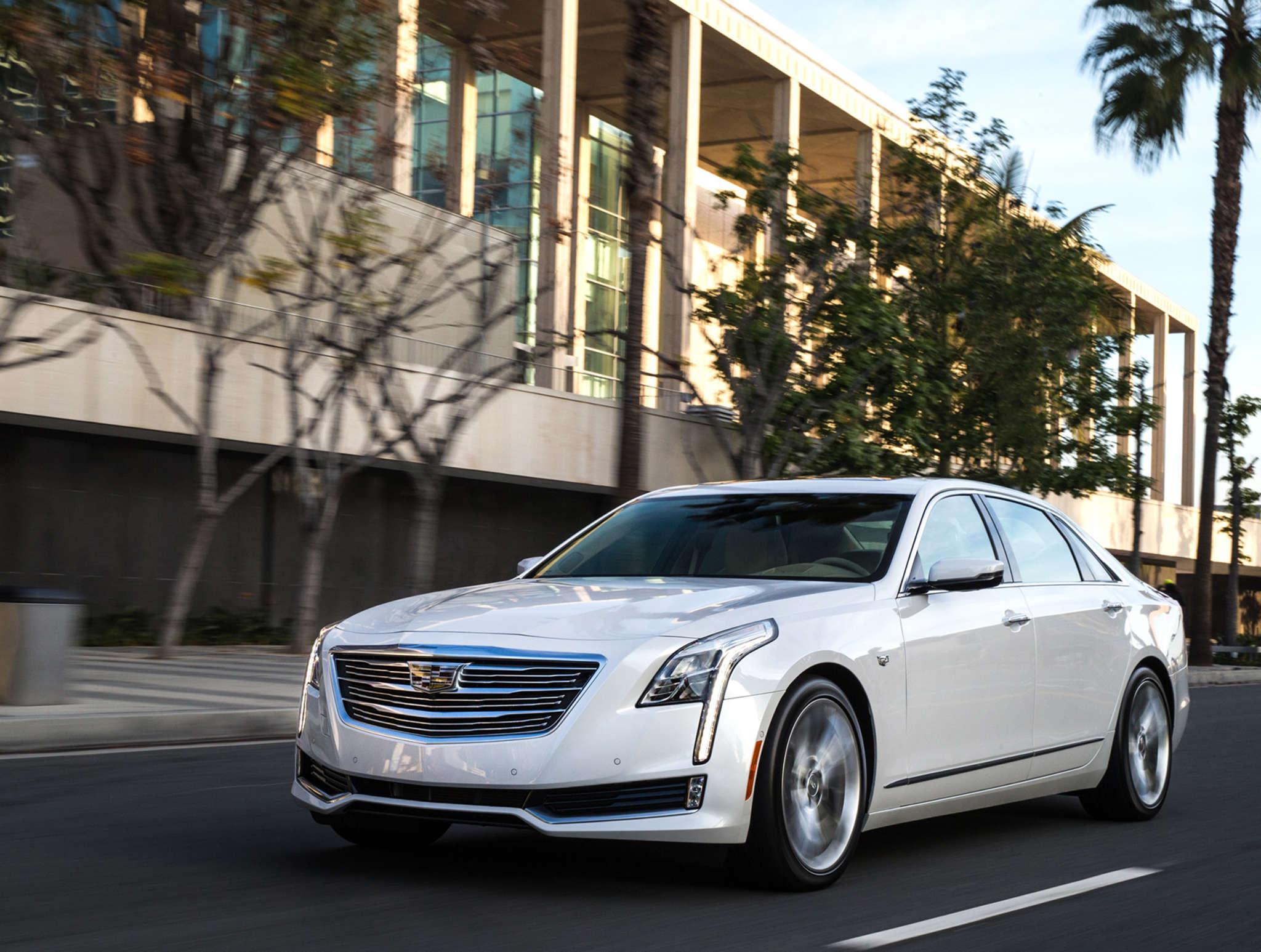 The CT6 is Cadillac´s new luxury sedan, offering Cadillac spaciousness and comfort with some unusual new features.