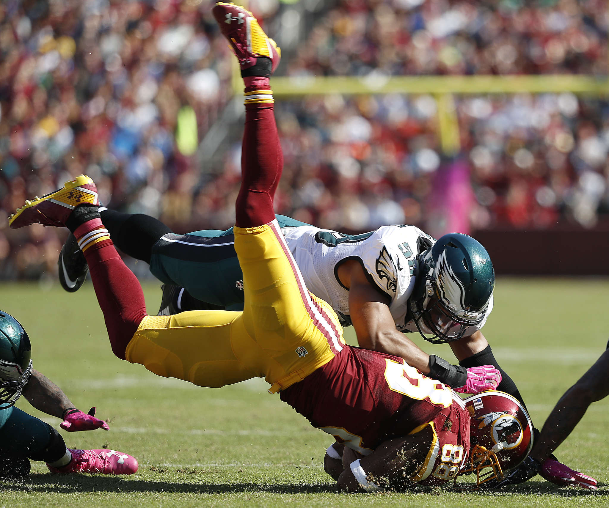 Eagles´ Jordan Hicks helps tackle Pierre Garcon in the second quarter.
