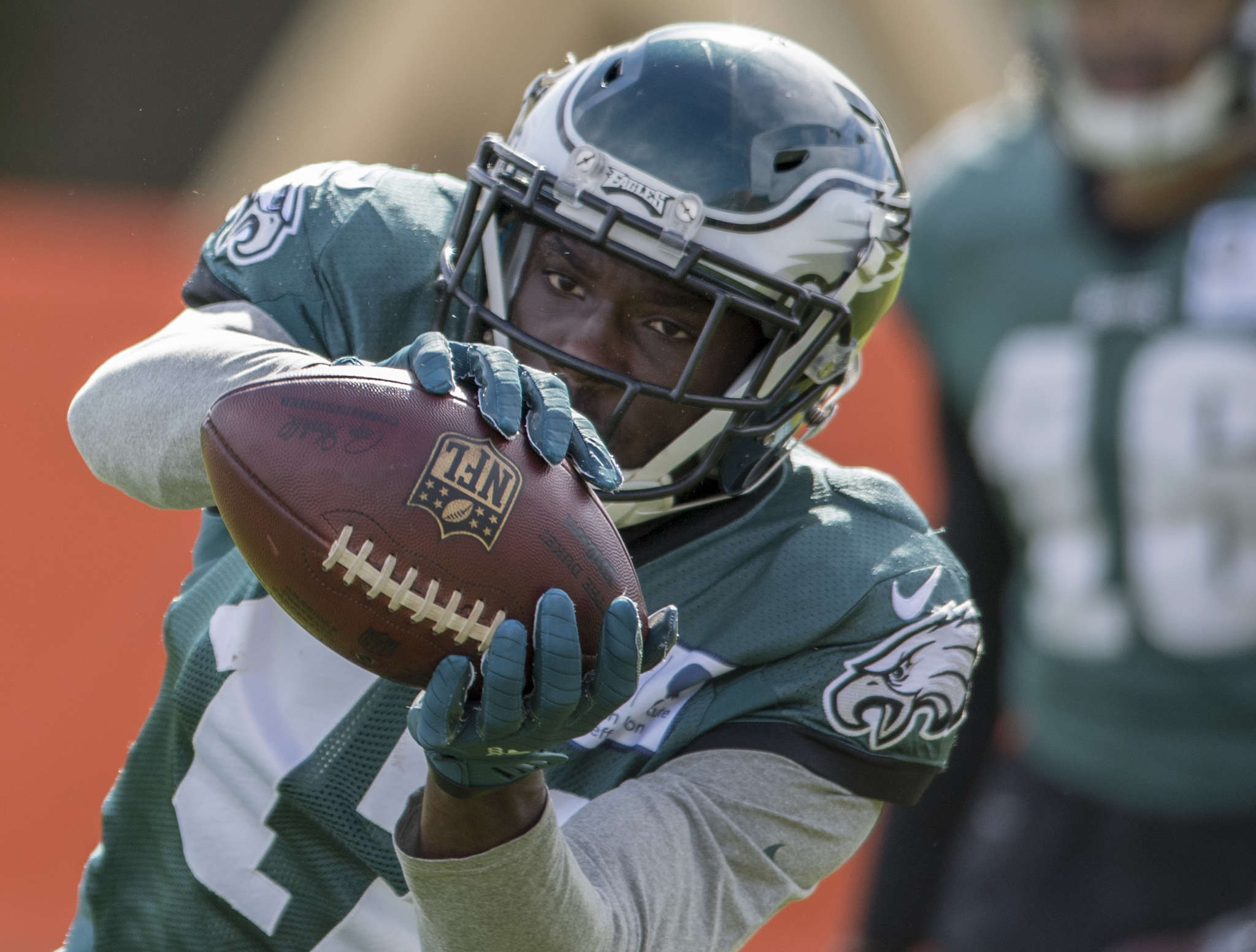 Eagles´ Nelson Agholor catches pass during a drill on Wednesday. CLEM MURRAY / Staff Photographer