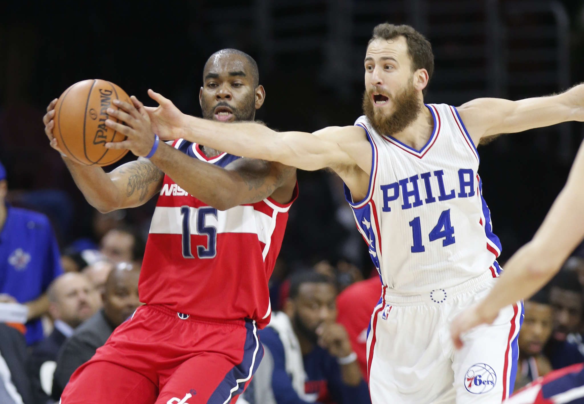 Sixers´ Sergio Rodriguez tries to steal ball from Wizards´ Marcus Thornton.