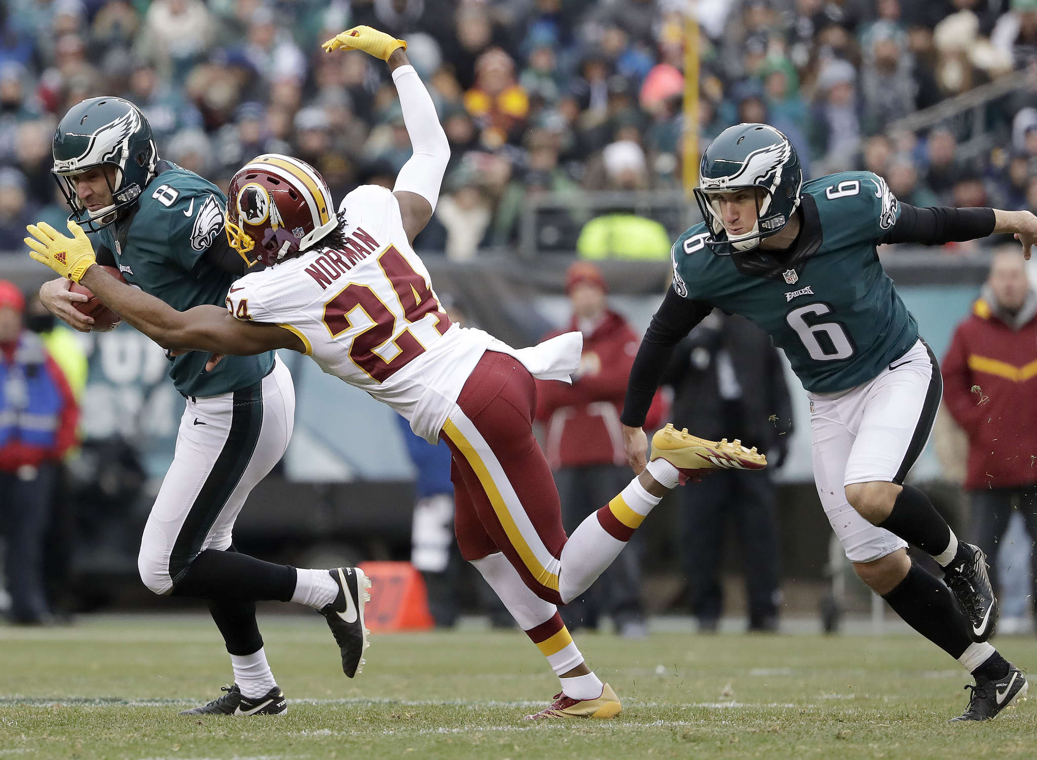 Donnie Jones tries to elude Redskins´ Josh Norman after picking up bad snap on field-goal attempt. YONG KIM / Staff Photographer