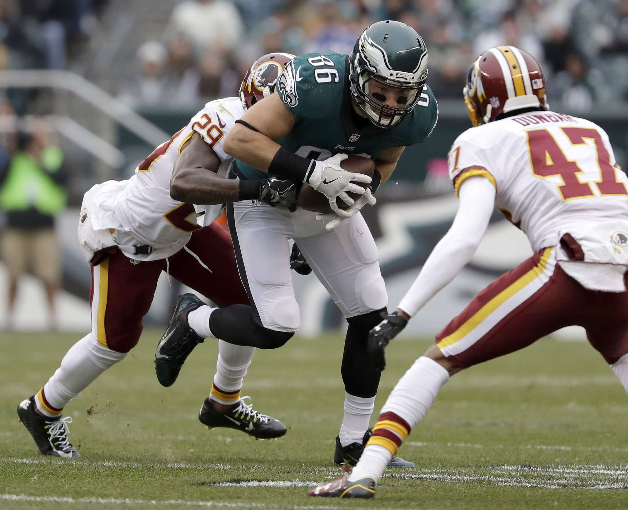 Zach Ertz tries to get away from Redskins´ Duke Ihenacho (left) and Quinton Dunbar in first quarter.