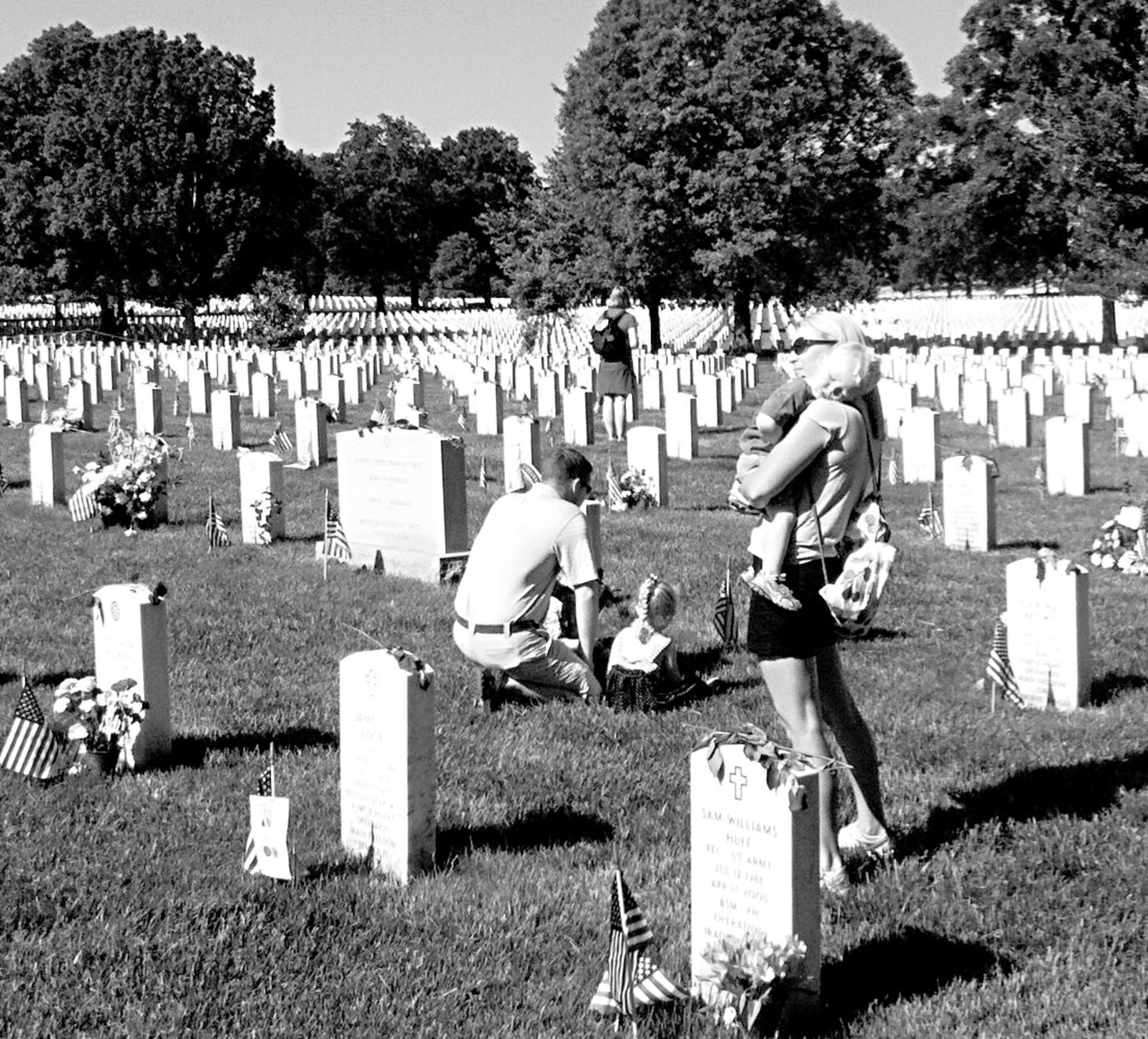 A family pays its respects to a fallen Marine in Arlington National Cemetery´s Section 60, where heroes from the currents wars are buried.