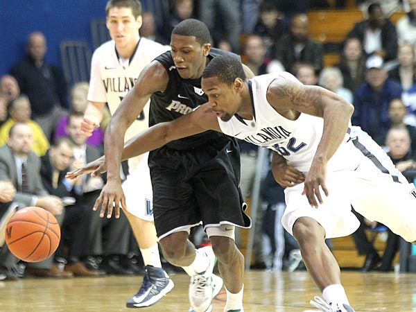 Villanova&acute;s James Bell (right) knocks the ball away from Providence&acute;s<br />Kris Dunn (center) in the second half.  (Charles Fox/Staff Photographer)