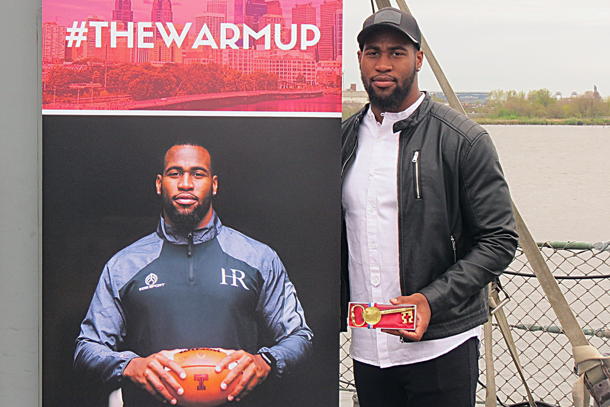 Temple´s Haason Reddick holds the key to the city of Camden on the Battleship New Jersey.