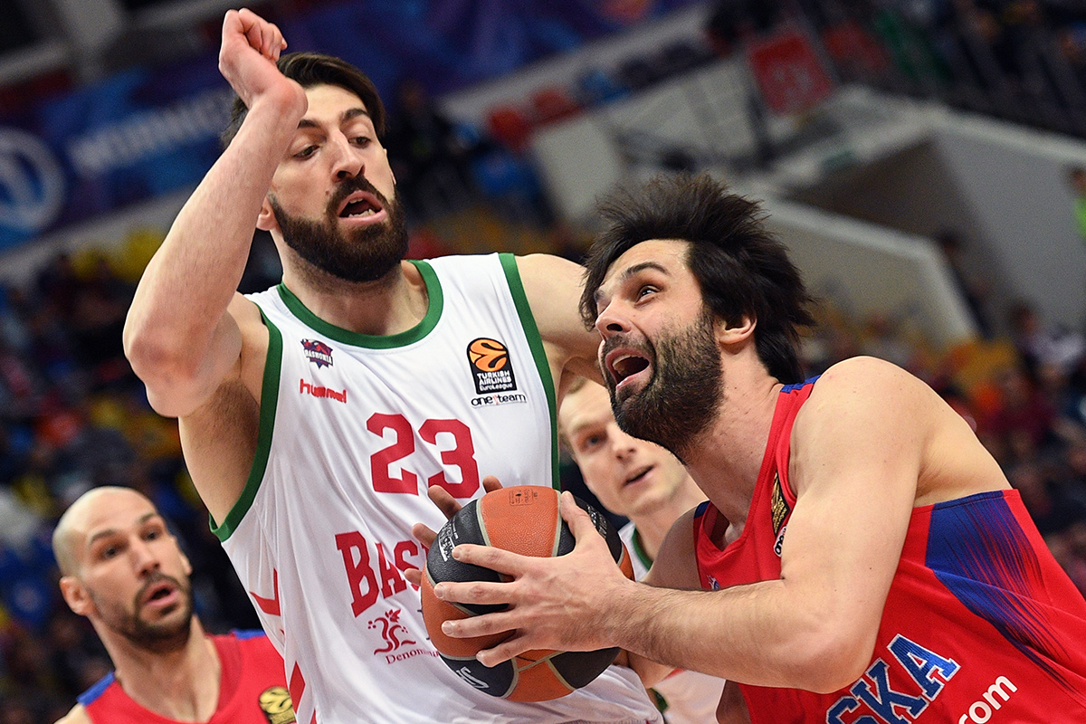 CSKA´s Milos Teodosic (right) and Baskonia´s Tornike Shengelia during a quarterfinal match of Euroleague Basketball.