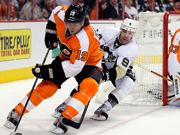 Philadelphia Flyers´ Scott Hartnell, left, is hounded by Pittsburgh Penguins´ Pascal Dupuis while bringing the puck out from behind the Flyers goal in the third period of an NHL hockey game, Thursday, March 7, 2013, in Philadelphia. The Penguins won 5-4. (AP Photo/Tom Mihalek)