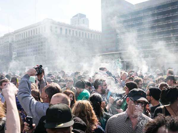 "Hundreds of pot smokers gathered at Independence Mall outside of the Liberty Bell to celebrate the marijuana holiday, ""420"". (Colin Kerrigan / Philly.com)"