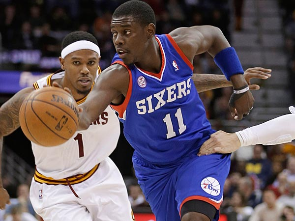 Philadelphia 76ers&acute; Jrue Holiday, center, drives past Cleveland<br />Cavaliers&acute; Daniel Gibson, left, and Luke Walton during the third<br />quarter of an NBA basketball game Friday, March 29, 2013, in<br />Cleveland. Philadelphia won 97-87. (AP Photo/Tony Dejak)