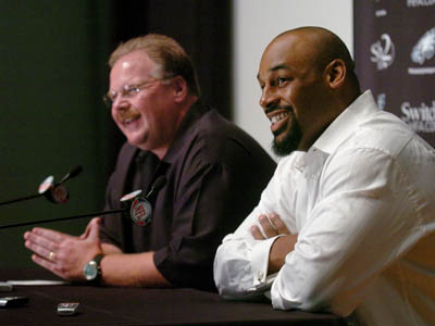 Eagles QB Donovan McNabb (right) and head coach Andy Reid are all smiles at a press conference where they announced that McNabb´s contract has been reworked. (Clem Murray / Staff Photographer)