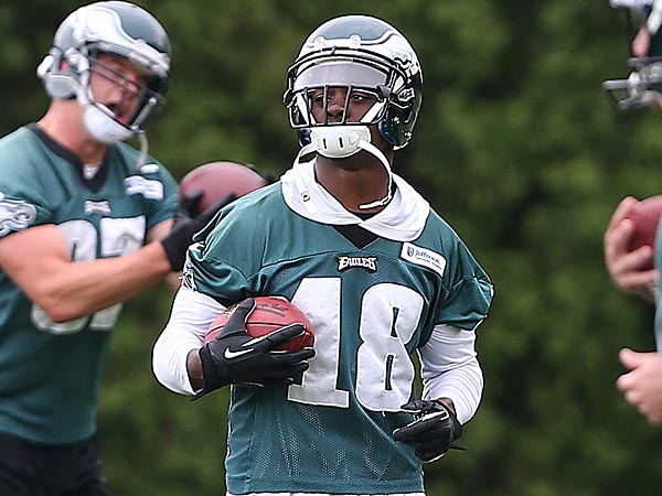 Wide receiver Jeremy Maclin, center, catches a pass during Eagles OTAs<br />at the NovaCare Complex in South Philadelphia on May 29, 2014. ( DAVID<br />MAIALETTI / Staff Photographer )