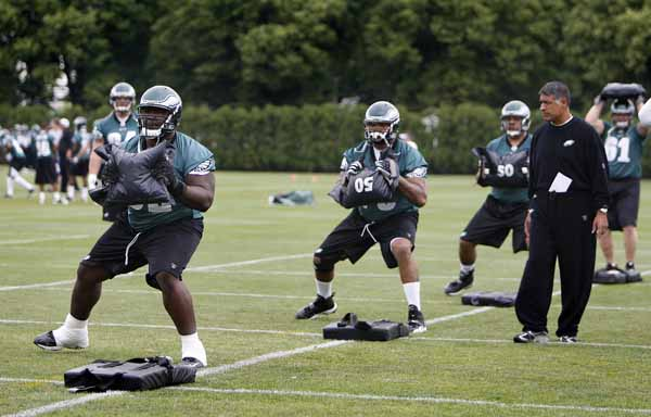 Offensive linemen Max Jean-Gilles, left, and Stacy Andrews, center, work on a drill during Eagles practice at the NovaCare Complex.<br />(David Maialetti / Staff Photographer)<br />Philadelphia Daily News and Philadelphia Inquirer