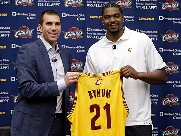 Cleveland Cavaliers general manager Chris Grant, left, and Andrew Bynum hold up Bynum´s No. 21 jersey during an NBA basketball news conference on Friday, July 19, 2013, in Independence, Ohio. Bynum was introduced after agreeing to terms on a two-year contract with the Cavaliers. (AP Photo/Tony Dejak)