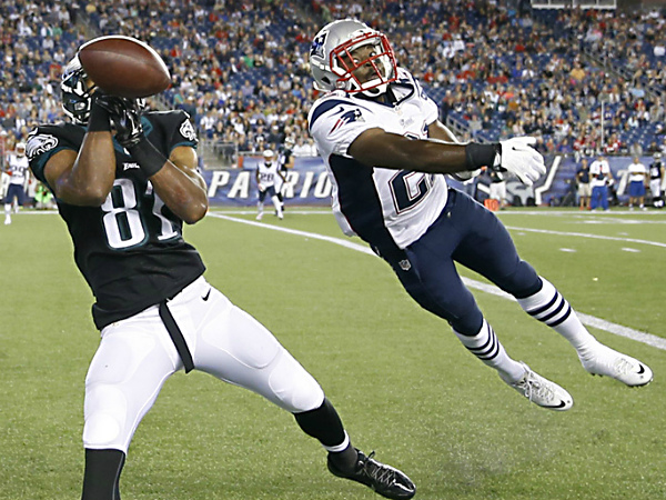 Eagles´ Jordan Matthews tries to catch the football against the Patriots´ Jemea Thomas. (Yong Kim/Staff Photographer)