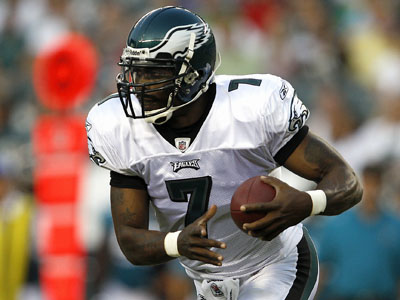 Michael Vick lined up at quarterback five times and was used once as a slot-receiver decoy in his Eagles debut.     (David Maialetti / Staff Photographer)