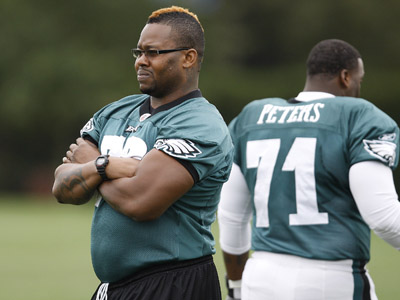 Shawn Andrews, left, didn´t take part as the Eagles practiced at the NovaCare Complex in Philadelphia, Pa., on September 10, 2009.    (David Maialetti / Staff Photographer)