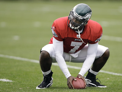 Philadelphia Eagles quarterback Michael Vick stretches during practice on Wednesday, September 16, 2009, in Philadelphia, Pennsylvania. (David Maialetti / Staff Photographer)