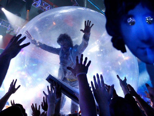 "In this July 12, 2008 file photo, Musician Wayne Coyne of ´The Flaming Lips´ performs at the VH1 Rock Honors ""The Who"" in Los Angeles. (AP Photo/Matt Sayles, File)"