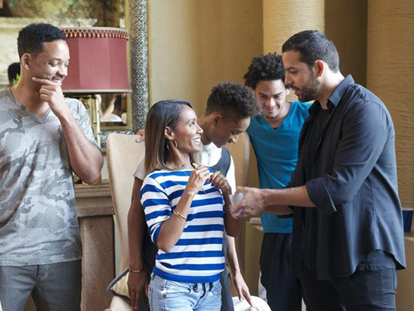 "Will and Jada Pinkett Smith with celebrity magician David Blaine on the set of ""David Blaine: Real or Magic"" airing on ABC. (Photo: ABC)"