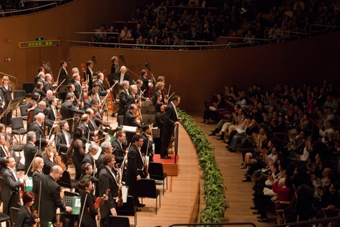 Charles Dutoit bows with the Philadelphia Orchestra at Oriental Arts Center at the end of the last concert of their Asia Tour 2010. Photo: Chris Lee.