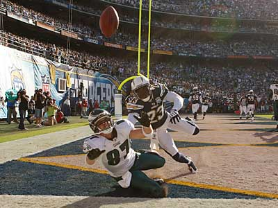 Eagles´ Brent Celek can´t make a catch in the end zone as Chargers Quentin Jammer covers. The Eagles lost to the Chargers, 31-23. ( Ron Cortes / Staff Photographer )