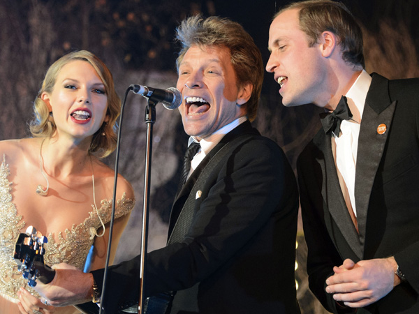Britain´s Prince William, the Duke of Cambridge, right, sings with US singers Taylor Swift, left, and Jon Bon Jovi at the Centrepoint Gala Dinner at Kensington Palace in London, Tuesday Nov. 26, 2013. Centrepoint is a charity supporting homeless young people aged 16-25 and the Duke is patron of the organisation. (AP Photo/Dominic Lipinski, Pool)