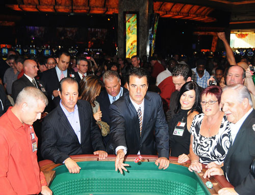 Chris Noth tosses the ceremonial first dice at Parx Casino in Bensalem Sunday. Photo: HughE Dillon/PhillyChitChat.com