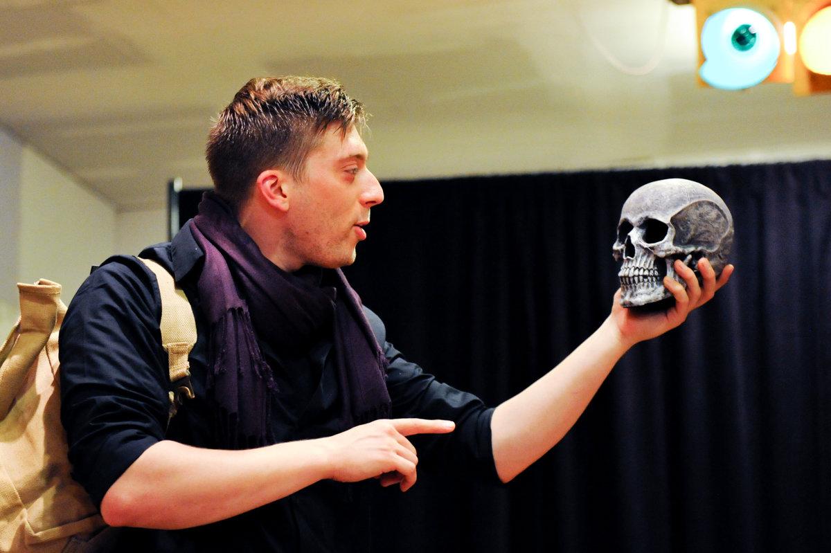 Josh Kachnycz as Hamlet holds the skull of Yorrick in Philadelphia Shakespeare Theatre´s touring production.