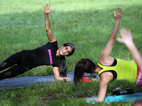Idalis Velazquez, left, teaches a fitness class in Fern Glen Park in Coral Springs, Fla., on July 14, 2014. (Patrick Farrell/Miami Herald/MCT)